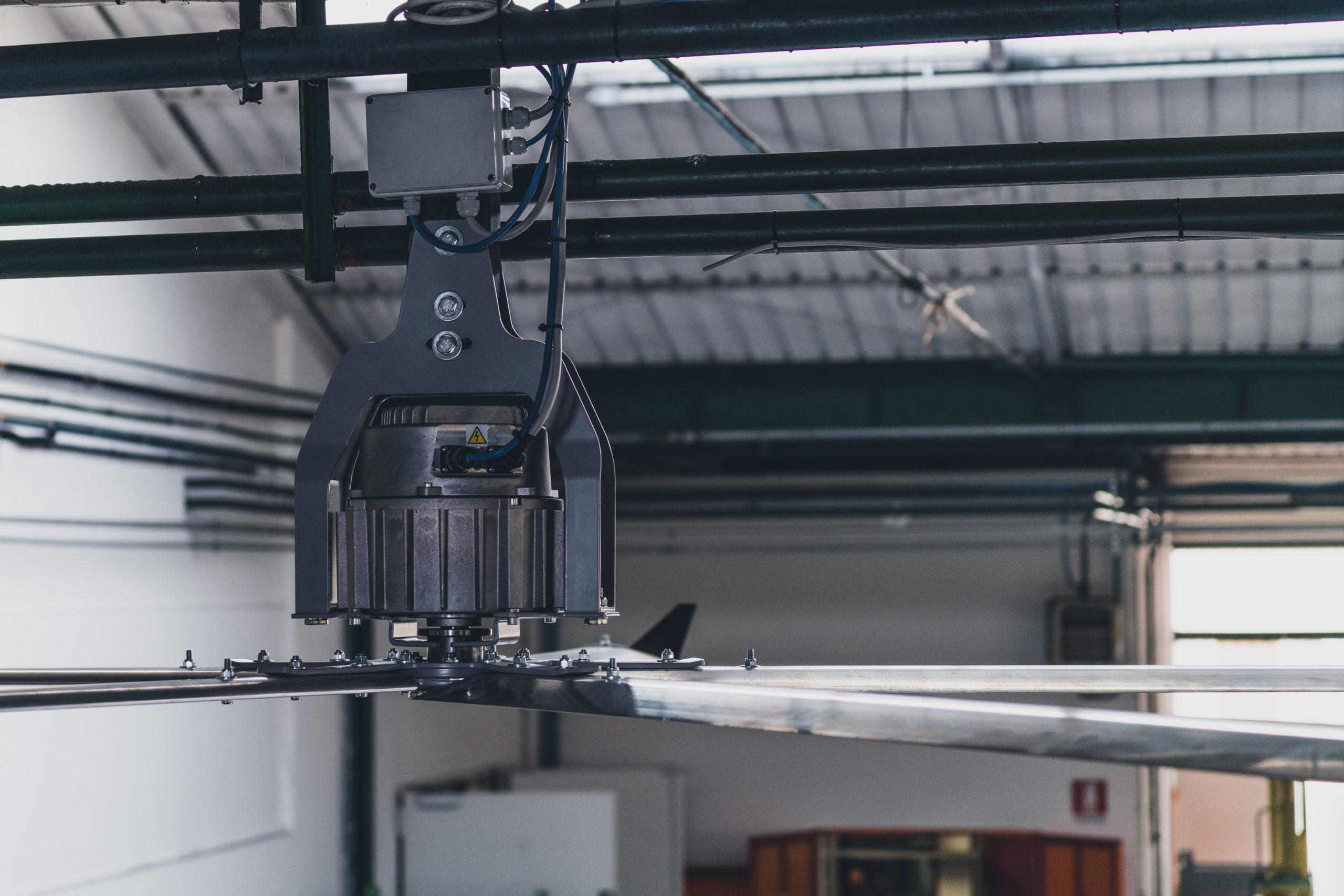 Optimvent® - Los mejores Ventiladores Industriales HVLS de techo - Ventiladores HVLS Optimvent - ventilator industrial hvls scaled - Optimvent® - Los mejores Ventiladores Industriales HVLS de techo